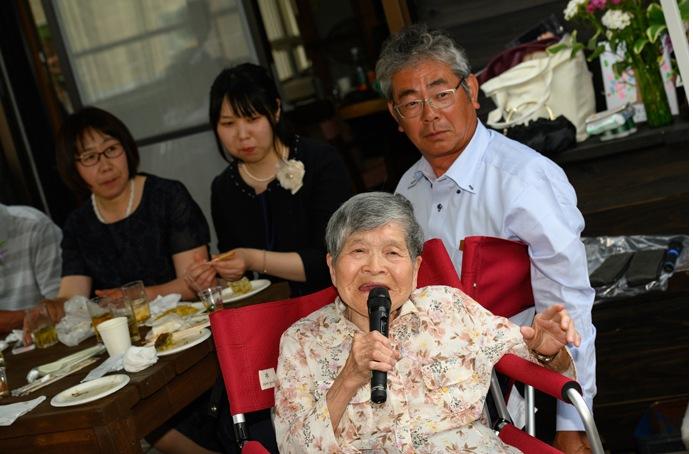 自宅結婚式で祖母歌う