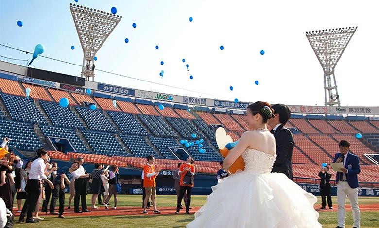 スタジアムウェディングで花嫁が野球をしている